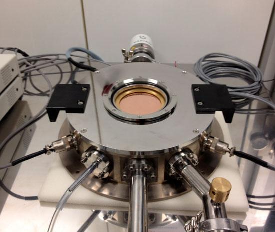 Continuous flow optical cryostat